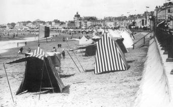 Photo ancienne de la plage des Sables d'Olonne - Source : Archives municipales